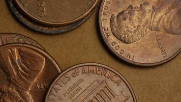 rotierende Stock Footage Aufnahme von amerikanischen Pennys (Münze - $ 0,01) - Geld 0166