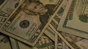 rotierende Stock Footage Aufnahme der amerikanischen Papierwährung auf einem amerikanischen Adlerschild Hintergrund - Geld 0398