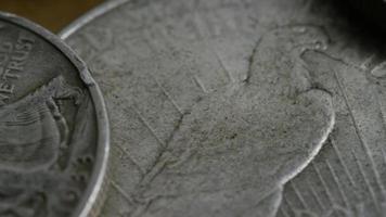 girato stock footage rotante di monete americane antiche - denaro 0125