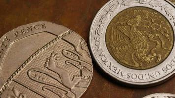 girato stock footage rotante di monete monetarie internazionali - denaro 0382