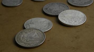 rotierende Stock Footage Aufnahme von antiken amerikanischen Münzen - Geld 0049