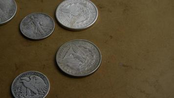 rotierende Stock Footage Aufnahme von antiken amerikanischen Münzen - Geld 0068