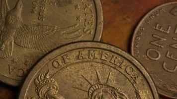 rotierende Stock Footage Aufnahme von amerikanischen Geldmünzen - Geld 0342