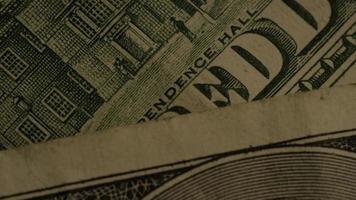 rotierende Stock Footage-Aufnahme der amerikanischen Papierwährung auf einem amerikanischen Adlerschildhintergrund - Geld 0426