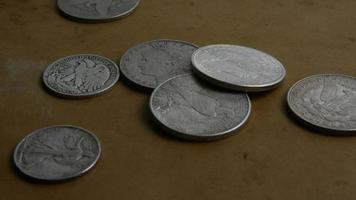 rotierende Stock Footage Aufnahme von antiken amerikanischen Münzen - Geld 0065