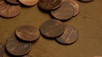 rotierende Stock Footage Aufnahme von amerikanischen Pennys (Münze - 0,01 $) - Geld 0172