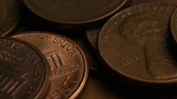 rotierende Stock Footage Aufnahme von amerikanischen Pennys (Münze - $ 0,01) - Geld 0185