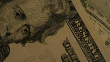 rotierende Stock Footage-Aufnahme der amerikanischen Papierwährung auf einem amerikanischen Adlerschildhintergrund - Geld 0410