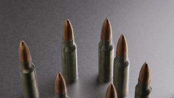 Disparo giratorio cinematográfico de balas sobre una superficie metálica - balas 004