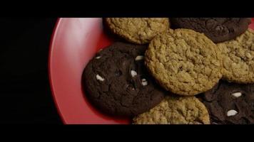 tiro cinematográfico giratório de biscoitos em um prato - biscoitos 087