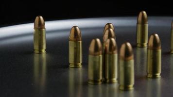 Disparo giratorio cinematográfico de balas sobre una superficie metálica - balas 053