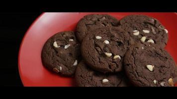 cena cinematográfica e giratória de biscoitos em um prato - biscoitos 038