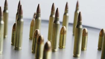 Disparo giratorio cinematográfico de balas sobre una superficie metálica - balas 075
