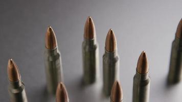 Tiro cinematográfico giratorio de balas sobre una superficie metálica - balas 003