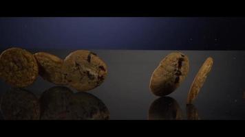 fallende Kekse von oben auf eine reflektierende Oberfläche - Kekse 249