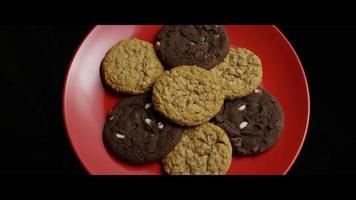 cena cinematográfica e giratória de biscoitos em um prato - biscoitos 085