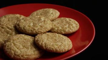 cena cinematográfica e giratória de biscoitos em um prato - biscoitos 127