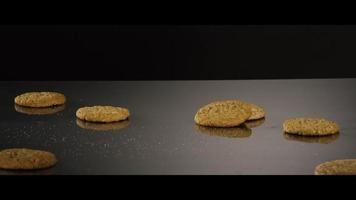 fallende Kekse von oben auf eine reflektierende Oberfläche - Kekse 224
