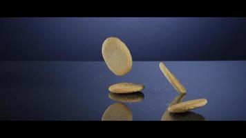 fallende Kekse von oben auf eine reflektierende Oberfläche - Kekse 185