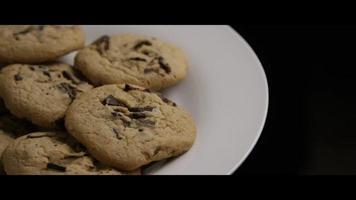 cena cinematográfica e giratória de biscoitos em um prato - biscoitos 012