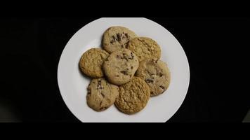 tiro cinematográfico giratório de biscoitos em um prato - biscoitos 077