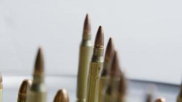 Disparo giratorio cinematográfico de balas sobre una superficie metálica - balas 080