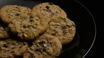 tiro cinematográfico giratório de cookies em um prato - cookies 168
