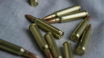 Disparo giratorio cinematográfico de balas sobre una superficie de tela - balas 101
