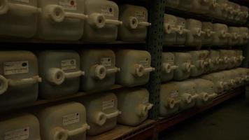 Imágenes en cámara lenta de suministros y procesos de elaboración casera de cerveza: elaboración de cerveza 044