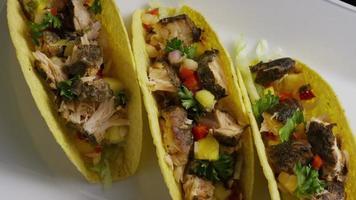 Foto giratoria de deliciosos tacos de pescado - comida 012