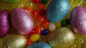 foto rotativa de decorações de Páscoa e doces na grama colorida de Páscoa - Páscoa 013
