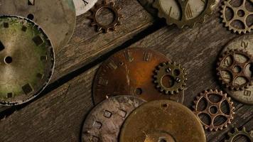 girato stock footage rotante di quadranti di orologi antichi e stagionati - quadranti 099