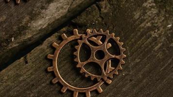 girato stock footage rotante di quadranti di orologi antichi e stagionati - quadranti 061