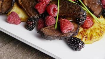 foto rotativa de um delicioso prato de bacon de pato defumado com abacaxi grelhado, framboesas, amoras e mel - comida 120 video