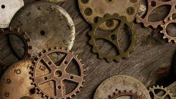 girato stock footage rotante di quadranti di orologi antichi e stagionati - quadranti 100