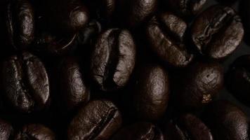 rotierender Schuss von köstlichen, gerösteten Kaffeebohnen auf einer weißen Oberfläche - Kaffeebohnen 009