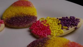 colpo cinematografico e rotante di biscotti di Pasqua su un piatto - biscotti di Pasqua 013