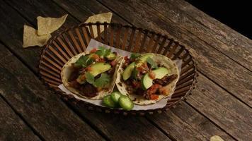 Foto giratoria de deliciosos tacos sobre una superficie de madera - barbacoa 134