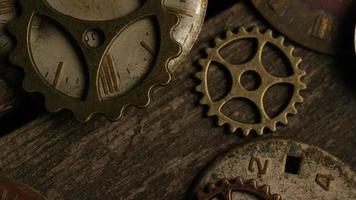 filmati stock rotanti ripresa di quadranti di orologi antichi e stagionati - quadranti 102