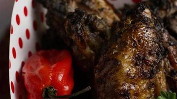 colpo rotante di deliziose ali di pollo - cibo 018