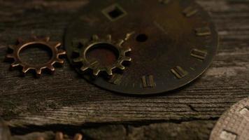 girato stock footage rotante di quadranti di orologi antichi e stagionati - quadranti 093