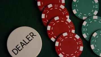 tiro giratório de cartas de pôquer e fichas de pôquer em uma superfície de feltro verde - pôquer 049 video