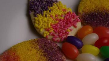 foto cinematográfica e giratória de biscoitos de páscoa em um prato - biscoitos de páscoa 017