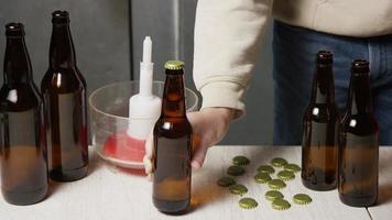 Images au ralenti de fournitures et processus de brassage de bière à domicile - brassage de bière 052