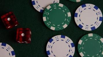 tiro giratório de cartas de pôquer e fichas de pôquer em uma superfície de feltro verde - pôquer 040 video