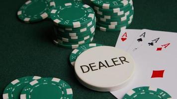 tiro giratório de cartas de pôquer e fichas de pôquer em uma superfície de feltro verde - pôquer 004 video