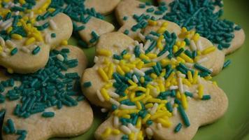 ripresa cinematografica e rotante dei biscotti del giorno di San Patrizio su un piatto - cookies st patty 004