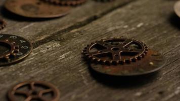 girato stock footage rotante di quadranti di orologi antichi e stagionati - quadranti 071