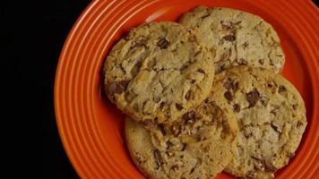 cena cinematográfica e giratória de biscoitos em um prato