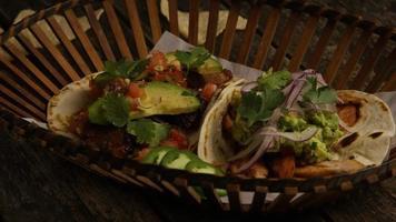 Foto giratoria de deliciosos tacos sobre una superficie de madera - barbacoa 153